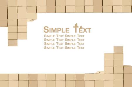 排列堆疊在白色背景棕色紙箱