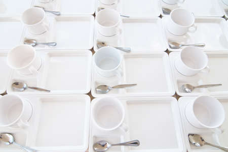 許多白色的杯子準備使用