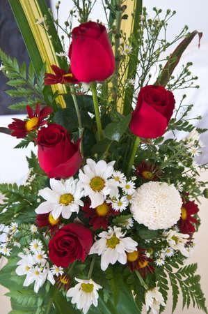 arreglo floral: Arreglo floral de flores de colores en el florero Foto de archivo