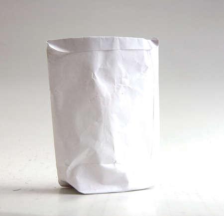 white paper bag: Una bolsa de papel blanco antiguo