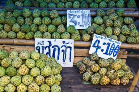 chirimoya: La chirimoya para la fruta tropical sana en el mercado tailand�s Foto de archivo