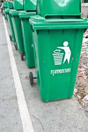botes de basura: Contenedores de basura verdes grandes (cubo de basura)