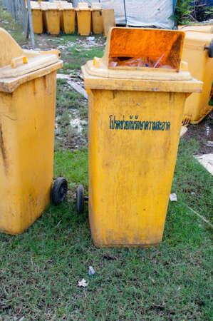botes de basura: Botes de basura grandes (contenedores de basura) Editorial