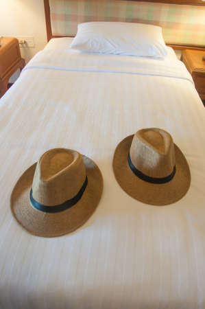 chapeau paille: Beach hat on bed , holiday Time Banque d'images
