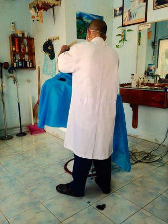 kapster: Kapper snijden in beauty salon