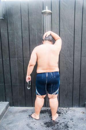 Vet man nemen een douche na het zwembad zwemmen