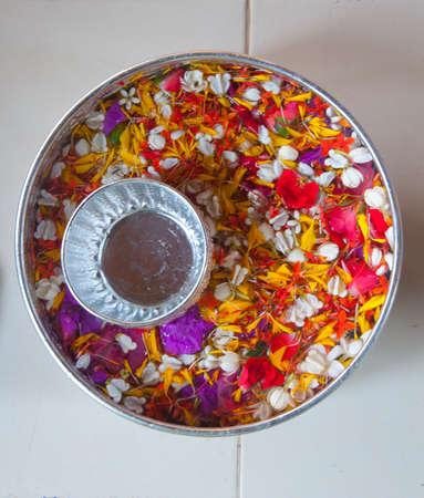 은 그릇에 많은 꽃잎 꽃이있는 물