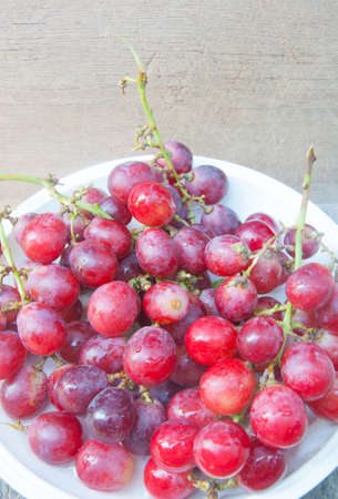 Bunch of red grapes on wooden table 版權商用圖片