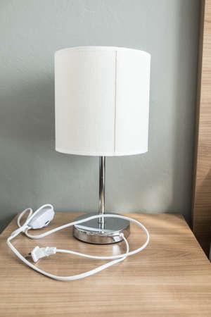 Moderne Tischlampe auf einem Nachttisch