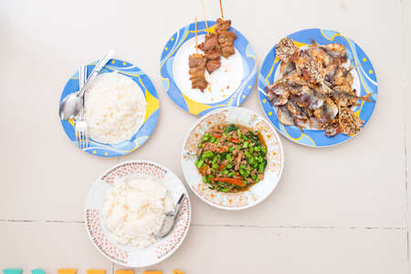 plato del buen comer: la comida del sur de Tailandia con el arroz en la vista superior: cerdo frito picante con hojas de albahaca, pescado frito