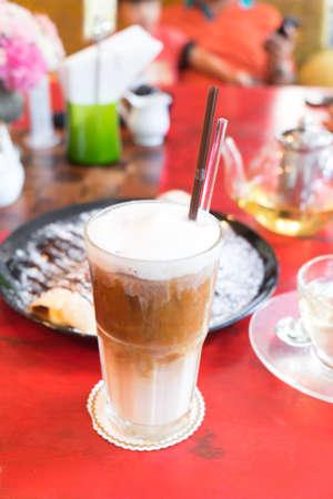 fredo: Caffè ghiacciato su tavola di legno nel tempo del tè