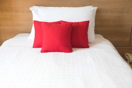 boutique hotel: cama blanca en el dormitorio relajación del hotel boutique de lujo