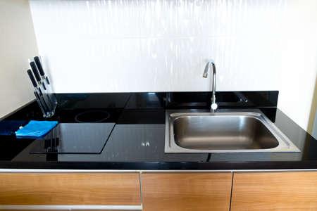 Moderne schwarze Küche sauber Innenarchitektur