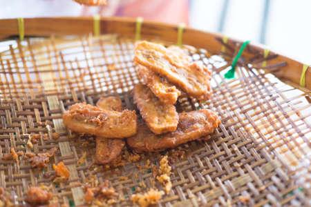 platanos fritos: Cierre de los plátanos fritos en la bandeja de mimbre. Una comida tradicional en algunos lugares en el sudeste de Asia.