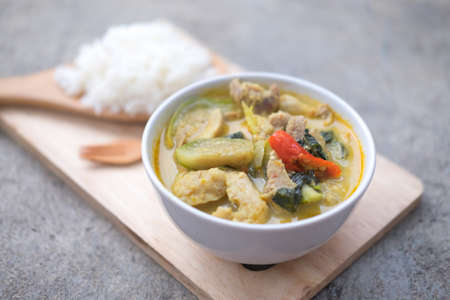 berenjena: Curry verde tailandés listo para servir con arroz Foto de archivo