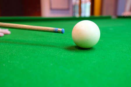 Billard balles sur table verte avec queue de billard, mise au point sélective Banque d'images