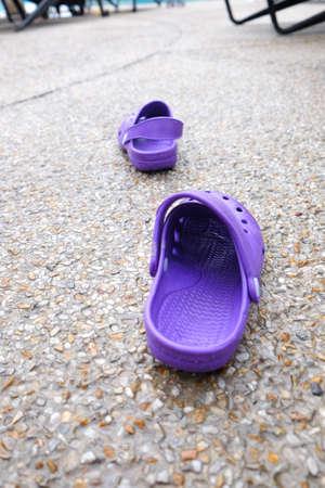 sandalia: purple rubber sandal on the ground