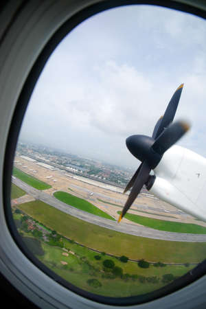 plan éloigné: an old obsolete aircraft propeller, view from window airplane Banque d'images
