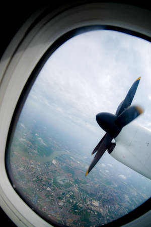 plan éloigné: engine and propeller of the plane, view from window airplane