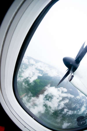 plan éloigné: Turboprop plane propeller seen through the window during flight Banque d'images