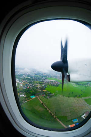 plan éloigné: propeller of the plane view from window airplane