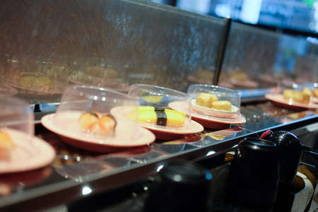 일본 레스토랑 초밥 컨베이어 또는 벨트 뷔페