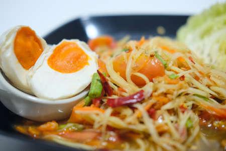legumbres secas: Som Tum papaya salad with salted egg. spicy Thai food.