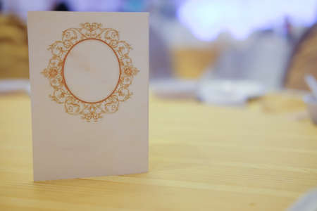 Close up of paper tent card on wooden table in wedding 스톡 콘텐츠