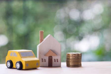 Maison miniature, voiture et argent dans le concept d'argent pour acheter une maison et une voiture, ont divisé l'investissement pour la retraite
