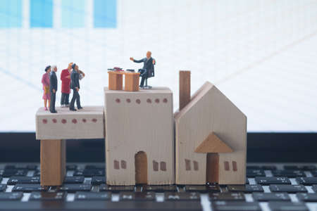 Miniature people: Business consultants on financial transactions for home loan. Image use for financial, business concept. Foto de archivo