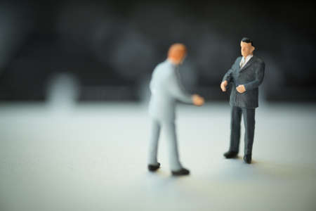 Miniature people: Businessman handshake to business success. Commitment, agreement, investment and partnership concept Foto de archivo - 121836618