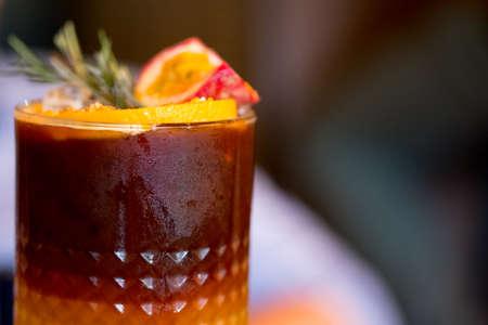 Iced Black Coffee Mix mit Passionsfruchtsaft und Orangensaft. Sommer-Fusion-Drink