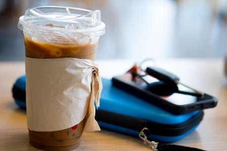 Caffè freddo con manica e coperchio in tessuto, puoi bere il coperchio del passaggio del caffè sostituire la cannuccia. Concetto di ridurre l'uso di paglia di plastica. Ridurre i rifiuti di plastica nell'ambiente. Archivio Fotografico
