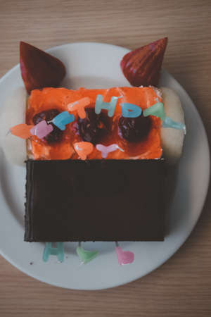 Happy Birthday sign on chocolate cake. Party in home 免版税图像