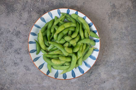 Steamed Edamame in a dish on stone background 免版税图像