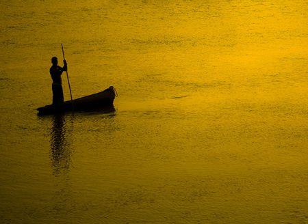 Visser bij zons ondergang