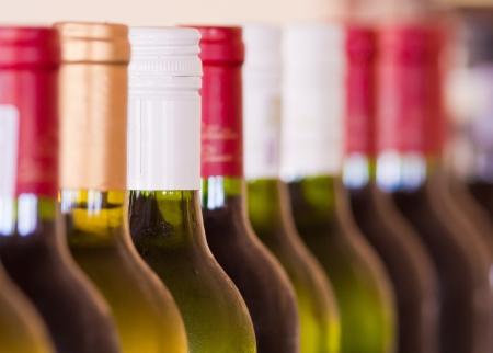 Verschillende flessen wijn gestapeld naast elkaar