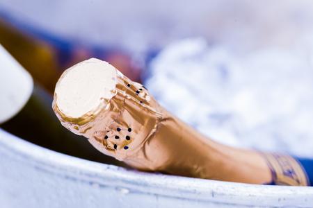 Close up van een fles champagne in een ijsemmer