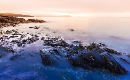 Cornwall zonsopgang met rotsen en meeuw eiland