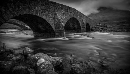 De oude brug over de Isle of Skye
