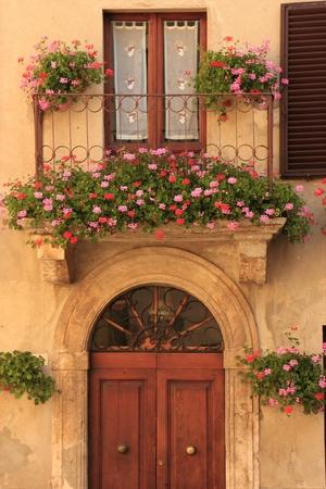 Bloemen op een europese balkon Stockfoto