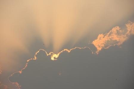 夕暮れの雲の後ろの薄明光線