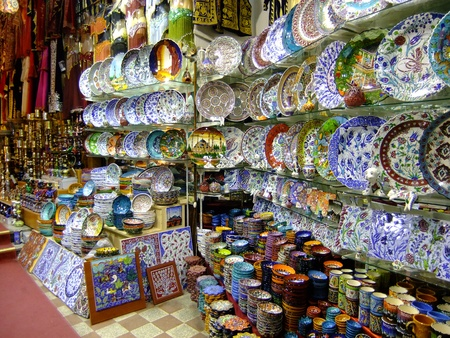 Stalls with colorful pottery, Grand Bazaar, Istanbul, Turkey Redakční
