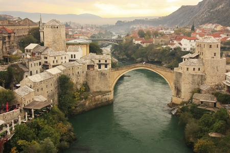 Stad Mostar en Stari Most bij zonsondergang, Bosnië en Herzegovina