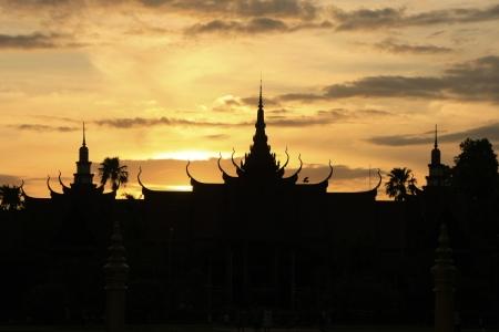 Silhouet van Nationaal Museum van Cambodja bij zonsondergang, Phnom Penh