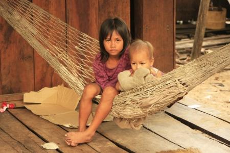 Kinderen zitten in een hangmat, Koh Rong Samlon eiland, Cambodja, Zuidoost-Azië