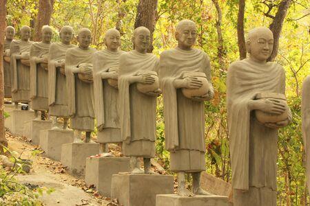 Standbeelden van bedelen monniken, Phnom Sombok, Kratie, Cambodja, Zuidoost-Azië