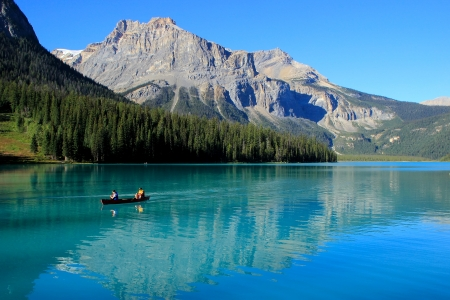 Mountains reflected in Emerald Lake, Yoho National Park, British Columbia, Canada Imagens