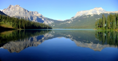 Panoramic view of mountains reflected in Emerald Lake, Yoho National Park, British Columbia, Canada Imagens