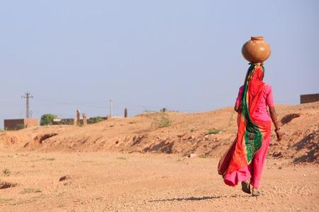 彼女の頭は、Khichan 村、ラージャス ターン州、インドの水で瓶を運ぶ地元の女性